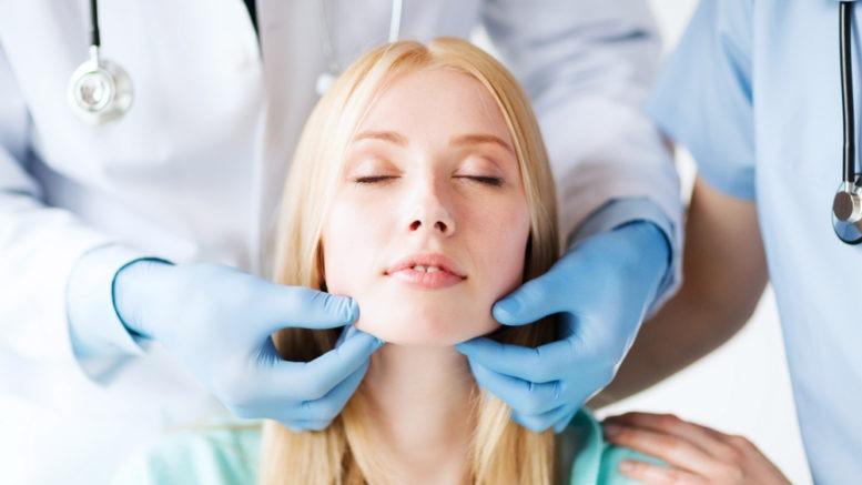 la chirurgie esthétique est réalisée en clinique par un chirurgien spécialisé